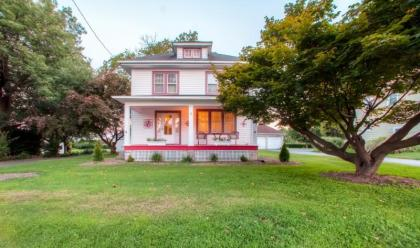 Whimsical 3BR Lancaster House w/Large Porch, Sewing Tables & Quilting Work Space - Backs Up Onto Wor